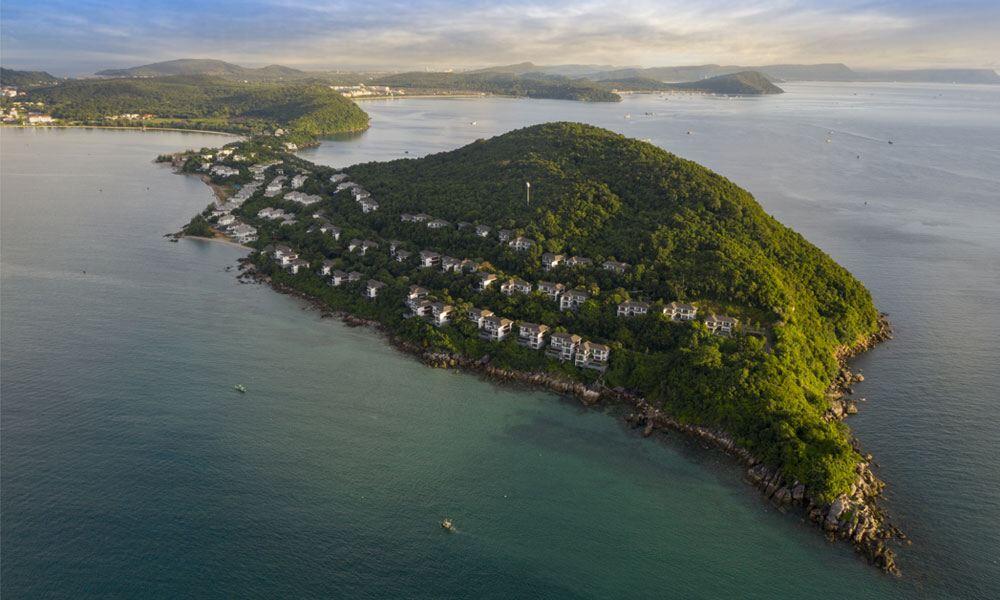 Khu biệt thự Sun Premier Village The Eden Bay tọa lạc tại điểm tận cùng của Mũi Ông Đội.