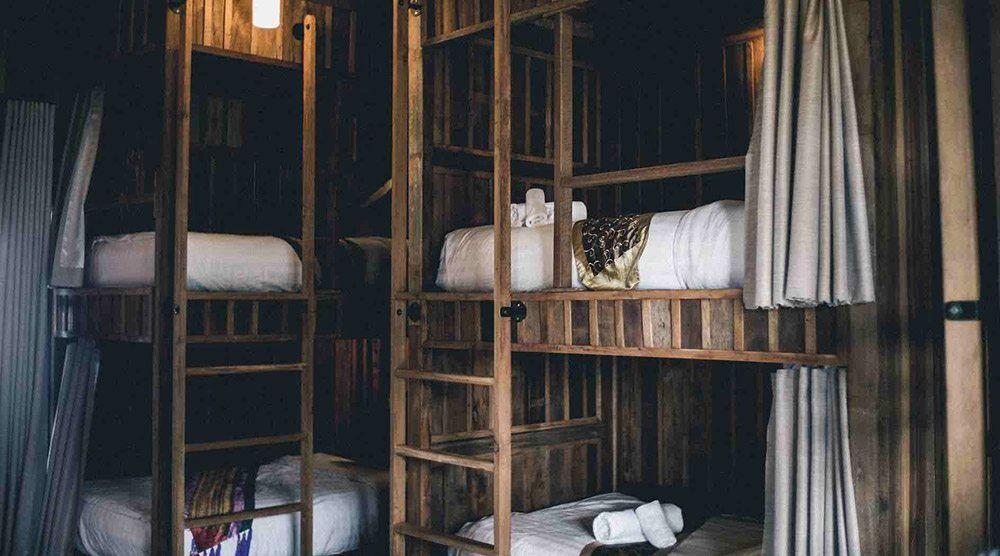 Hostel bố trí giường tầng và sử dụng chung nhà vệ sinh